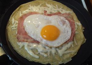 sonkás sajtos palacsinta összeállítása